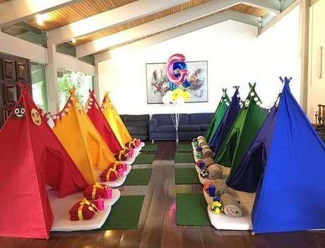 48. As cores invadem o salão de festa. Fonte: Pinterest