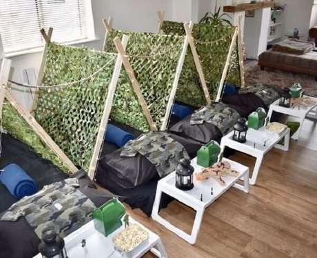 22. Cabaninha infantil feita com cavalete complementa a decoração com temática de exército. Fonte: Tudo Especial