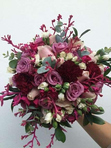 26. O buque de flores na cor marsala é lindo para usar na decoração – Por: Pinterest