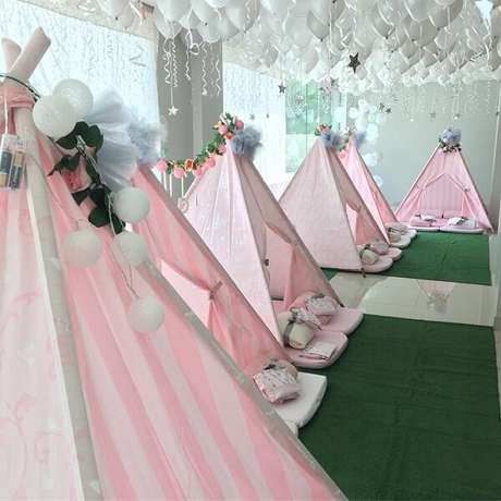27. Alugue o salão de festas e espalhe no ambiente cabaninha infantil para a criançada. Fonte: Tua Casa