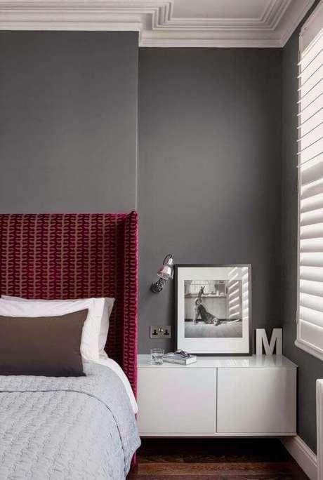27. Quem gosta do quarto cinza pode usar a cabeceira na cor marsala para destacar ainda mais o ambiente – Por: Pinterst