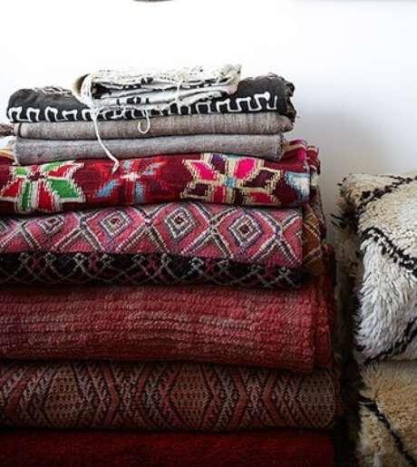 28. Cobertores na cor marsala também são ótimas opções de conseguir uma boa decoração – Por: Pinterest