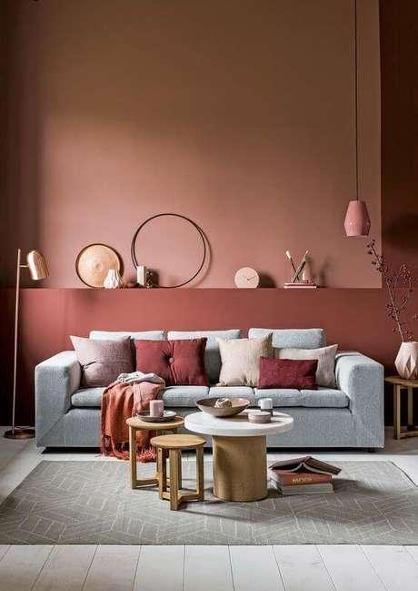 36. Use a decoração na cor marsala para sua sala de estar com sofá cinza ser ainda mais bonita – Por: Casinha Colorida
