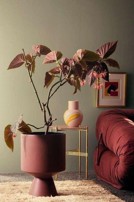 38. A parede pode ser verde e os detalhes da decoração na cor marsala – Por: Pinterest