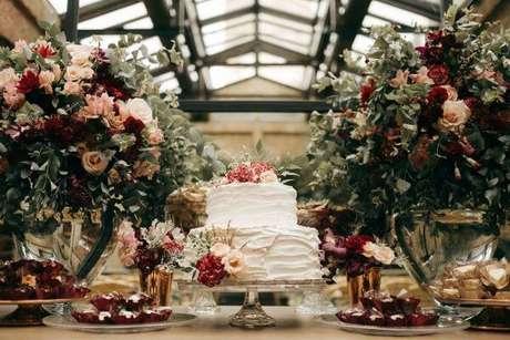 39. Detalhes de uma decoração de casamento na cor marsala com forminhas combinando – Por: Lejour