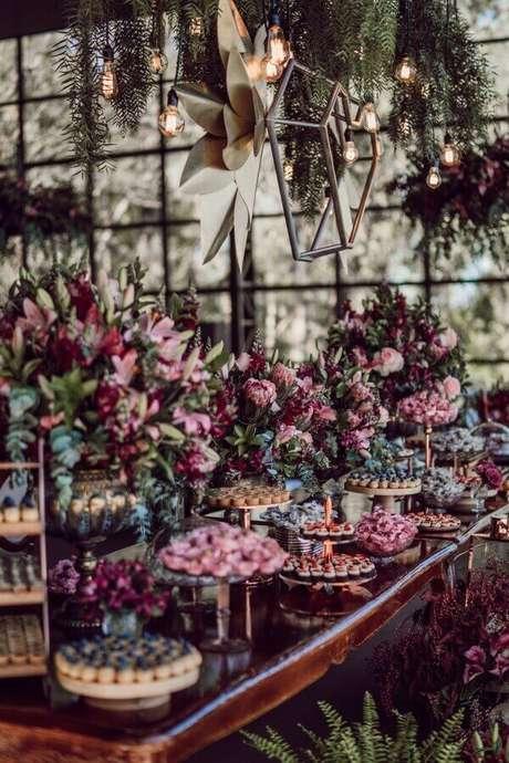 40. A decoração de casamento na cor marsala possui flores e iluminações lindas – Por: Pinterest