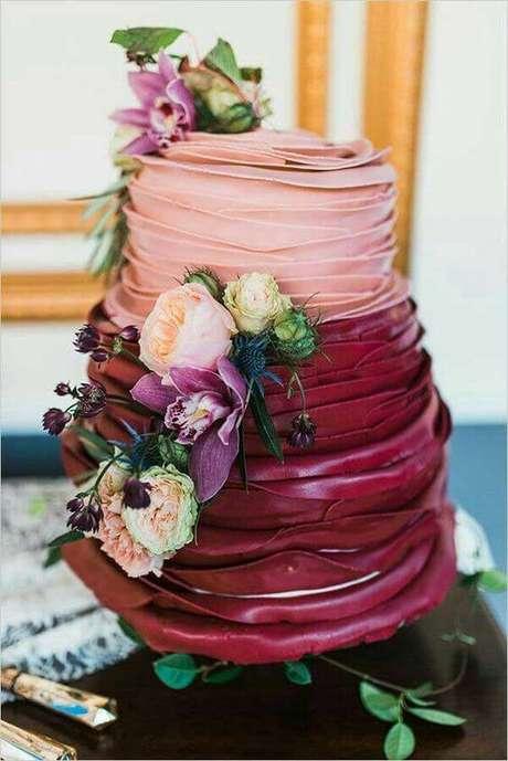 3. O bolo de casamento também pode ser feito em tons da cor marsala – Por: Pinterest