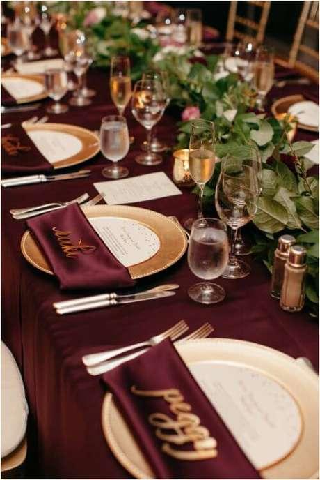 17. A decoração de casamento pode ser linda com os detalhes na cor marsala, velas e dourado – Por: Pinterest