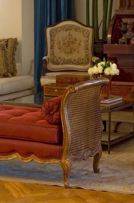 46. Decoração de sala de estar com divã na cor marsala – Por: Fabio Morozini