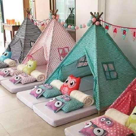 32. Festa do pijama com cabaninha infantil e almofadas de corujas. Fonte: Pinterest