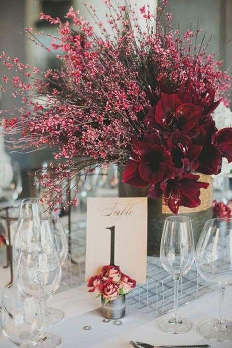 51. Procure por flores que tenham a cor parecida com a marsala para usar na decoração – Por: Pinterest