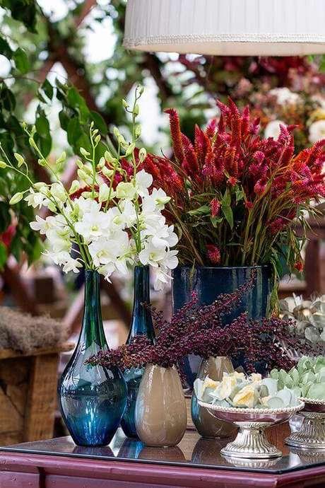 56. Use as flores na cor marsala com os detalhes em azul marinho – Por: Tais Puntel