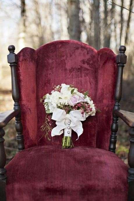 60. A poltrona na cor marsala é linda para usar na decoração de casamento – Por: Pinterest