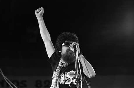 Raul Seixas durante apresentação do Festival Musica na Praia realizado pela Prefeitura de Santos (Brasil, Santos, SP, 15/02/1982)