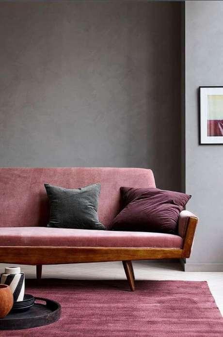 71. Sofá e almofadas na cor marsala com parede cinza – Por: Pinterest