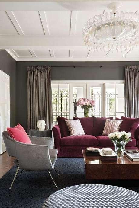 72. Sofá em marsala com poltrona cinza e almofada cor de rosa – Por: Pinterest