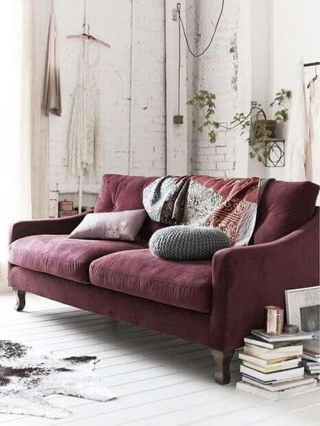 73. O sofá na cor marsala é lindo – Por: Pinterest