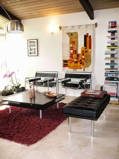 18. Sala de estar com tapete na cor marsala e móveis modernos – Por: Pinterest
