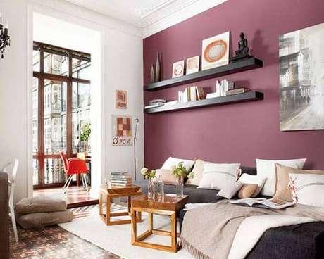 7. A tinta cor marsala pode ser a escolha perfeita para combinar com um sofá cinza – Por: Bimbon