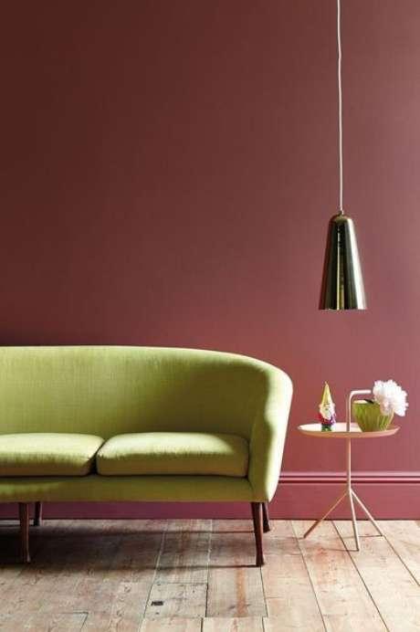 12. Os sofá verde claro pode ser uma opção de combinar com a cor marsala – Por: Pinterest