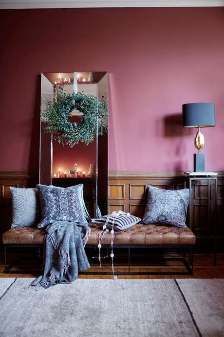 19. Vale usar o azul claro com a cor marsala para criar uma sala aconchegante e linda – Por: Pinterest