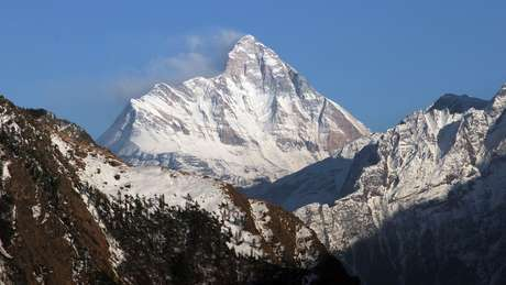 Na área onde o lago está, deslizamentos de rochas ou avalanches são frequentes