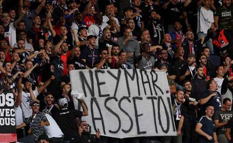 Cartazes como 'Neymar, vaza daqui' e cantos de 'hijo da p...' foram presenciados no Parque dos Príncipes (AFP)