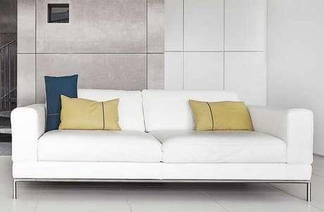 10. A combinação entre o metal e a cor do tafetá ficou incrível nesse sofá. Fonte: Pinterest