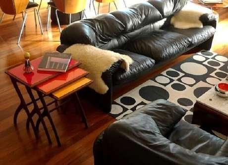 47. A composição dessa sala de estar ficou incrível com esse tecido para sofá de couro preto. Fonte: Desmobilia