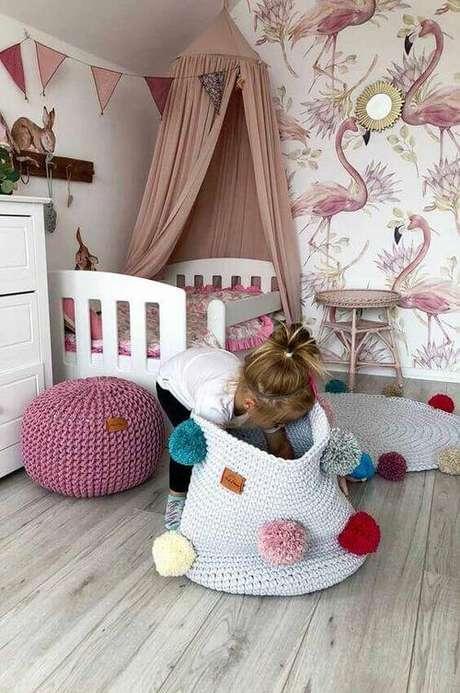 68. Quartos infantis ganham muito com um cesto de crochê. Foto: Decor Fácil
