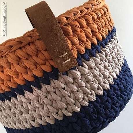 65. A alça de courino dá um aspecto interessante ao cesto de crochê. Foto: Instagram