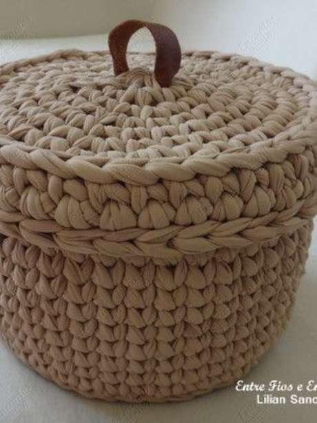 60. O cesto de crochê com tampa é o que há de mais funcional. Foto: Elo7