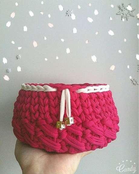 28. O rosa é uma cor que vai muito bem no cesto de crochê. Foto: De Frente Para o Mar