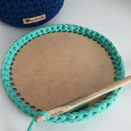 51. Fazer um cesto de crochê pode exigir diferentes materiais. Foto: Elo7