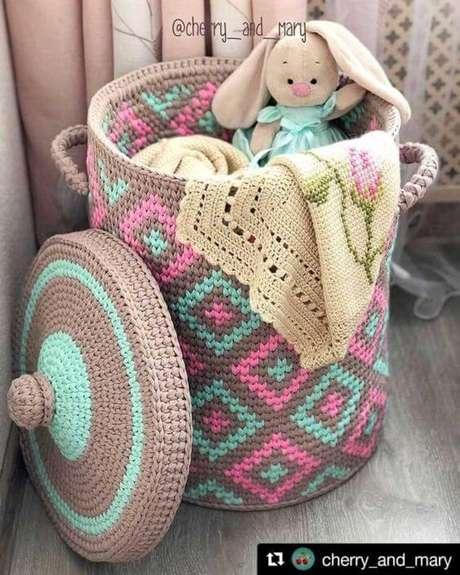 61. Este é um ótimo exemplo de como o cesto de crochê pode ser muito bem feito. Foto: De Frente Para o Mar
