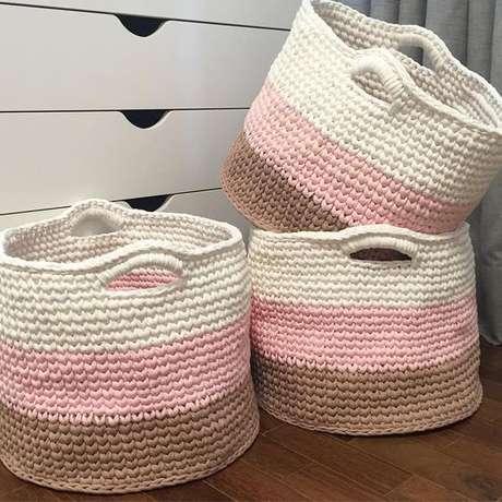67. O cesto de crochê pode ganhar um ar mais sério a depender das cores utilizadas. Foto: Tua Casa