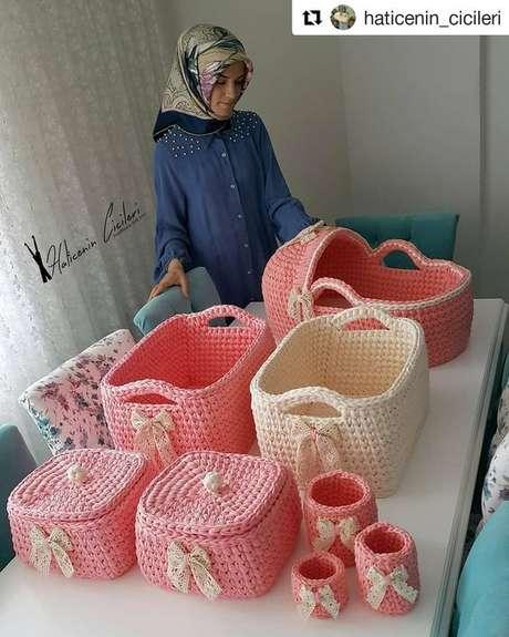 63. Todo um jogo de cesto de crochê pode ser feito de forma simples. Foto: Instagram