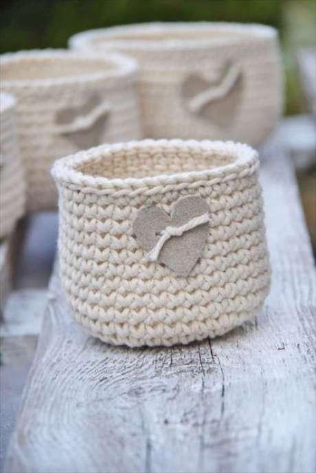53. O cesto de crochê pode se associar a decoração de forma muito simples. Foto: Casa e Construção