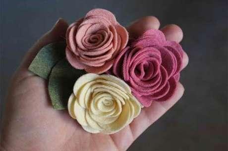 69. Flores de feltro são lindas para usar na guirlanda de feltro – Por: Customizando