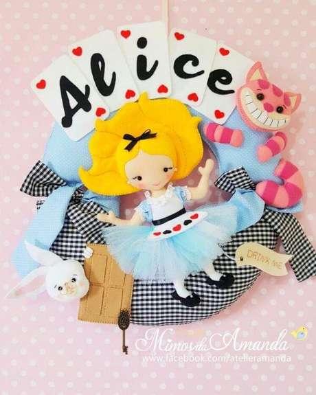 """4. A guirlanda de feltro pode ser feita de temas como """"Alice no País das Maravilhas"""" – Por: Mimos da Amanda"""