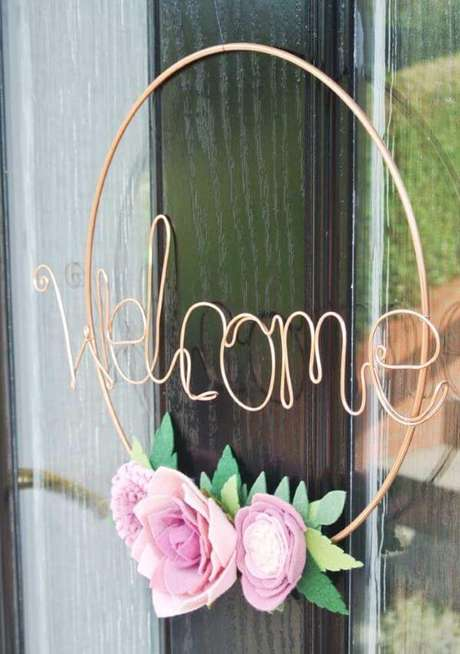 22. A guirlanda de feltro com flores pode ser feita de diferentes materiais – Por: Pinterest