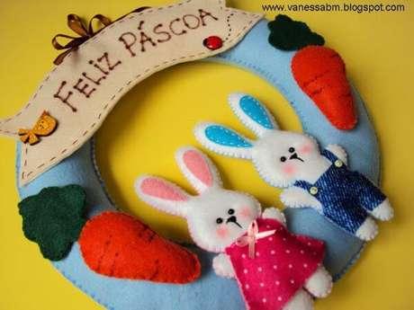 27. A guirlanda de feltro para páscoa é linda com coelhos – Por: Vanessa Biali