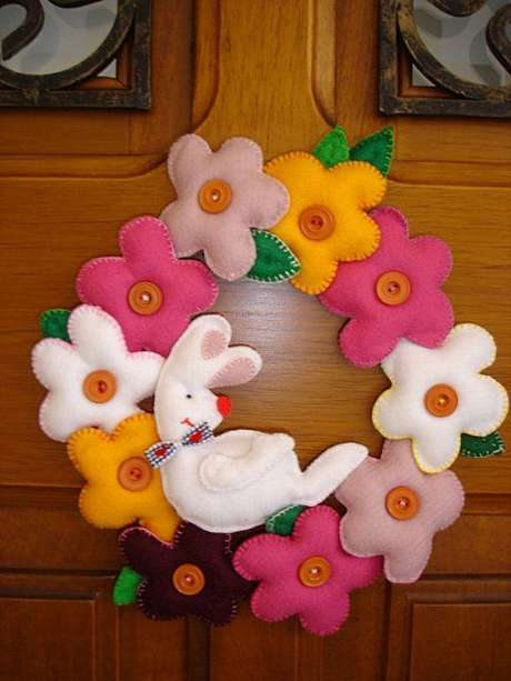 44. Flores e coelhos são lindos para a guirlanda de páscoa em feltro – Por: Toda Atual