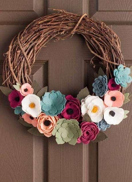 45. Faça flores de feltro simples para enfeitar a guirlanda de feltro da porta de entrada – Por: Pinterest