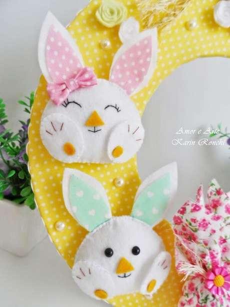 53. O coelho é uma linda opção para colocar na sua guirlanda de feltro para pascoa – Por: Amor e Arte