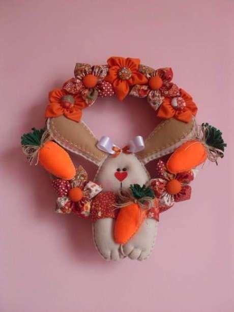 54. Cenouras e coelhos são opções lindas para sua guirlanda de páscoa em feltro – Por: Pinterest