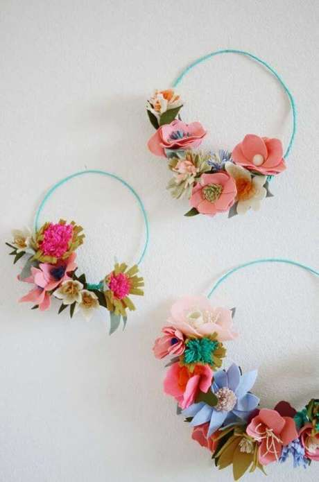 6. Guirlanda de feltro para porta de entrada com flores – Por: Pinterest