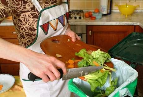 Veja por que não ter uma lixeira na pia da cozinha