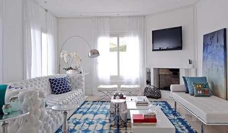 52. O tecido para sofá de couro com estrutura em capitonê. Projeto por Elen Saravalli