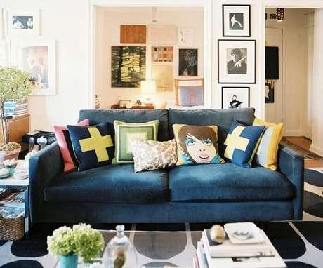 15. Sala de estar decorada com tecido para sofá suede. Fonte: Pinterest